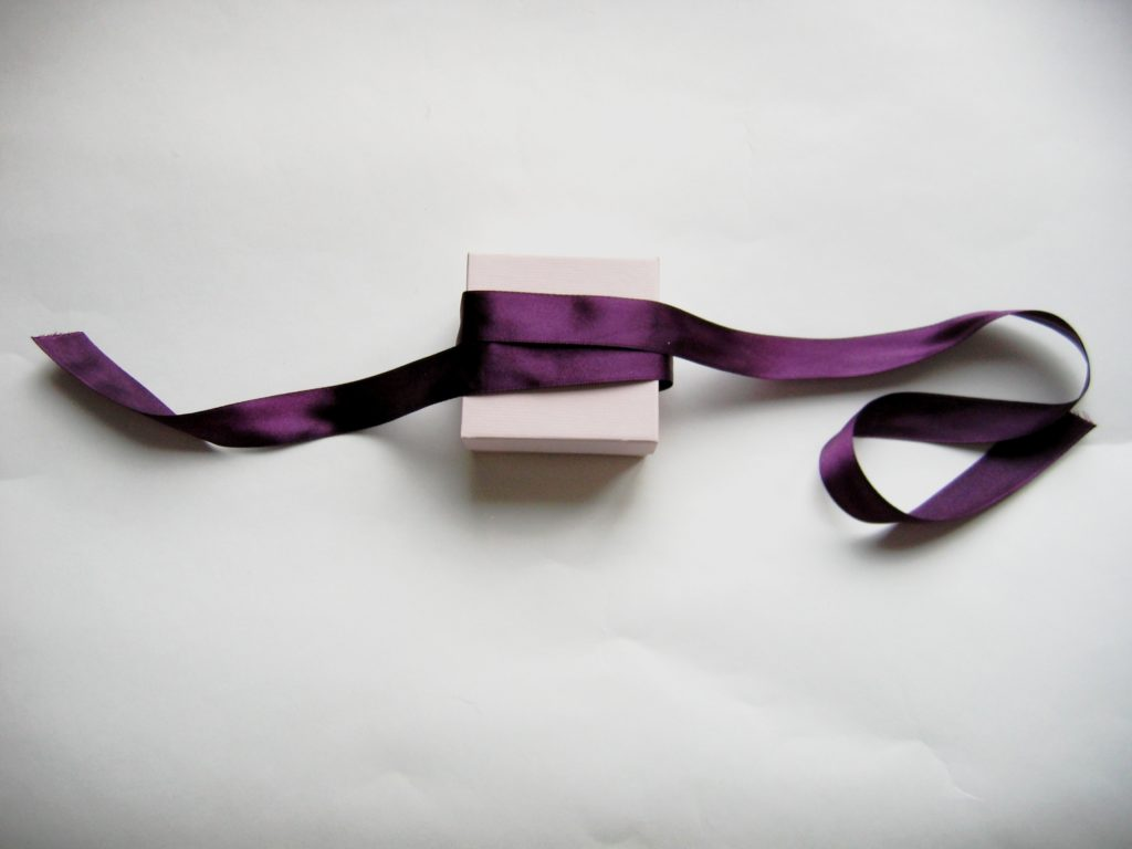 как завязать ленту на подарке